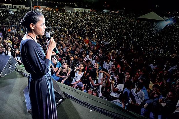 O PÚLPITO como palanque Marina em encontro com evangélicos, na campanha de 2010. Ela é a preferida dos fiéis (Foto: Frankie Marcone/Futura Press)