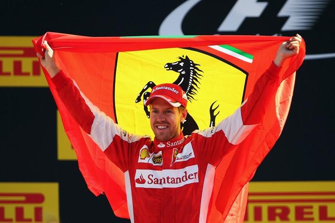 Sebastian Vettel comemora segundo lugar e ergue a bandeira da Ferrari em Monza (Foto: Getty Images)