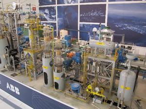 Planta de um refinaria de petróleo utilizada no curso de engenharia de petróleo e gás, em Santos (Foto: Mariane Rossi/G1)