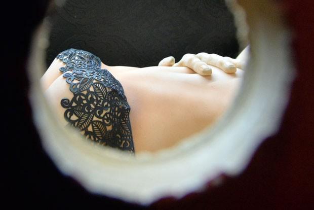Bolo no formato de mulher foi inspirado na série de livros '50 Tons de Cinza' (Foto: Paul Ellis/AFP)