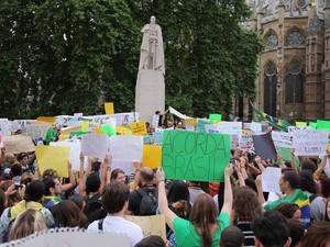 Protesto toma rua de Londres nesta terça-feira (18) (Foto: Alan Page/VC no G1)