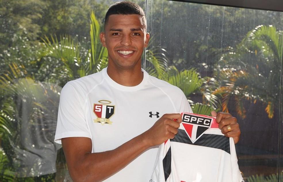 Aderllan veste a camisa do São Paulo e diz realizar sonho de infância (Foto: São Paulo FC)