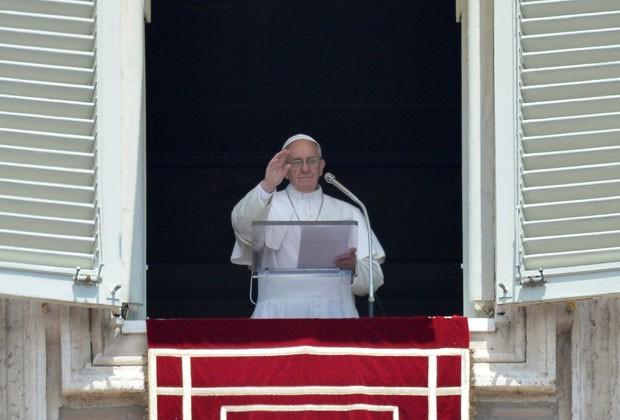 Papa Francisco durante o Angelus deste domingo (2) no Vaticano (Foto: Alberto Pizzoli/AFP)