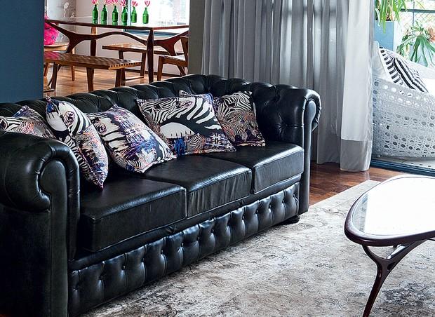 O tecido de zebra comprado em Berlim virou almofadas que animam o sofá preto de Camila Salek. Solução simples, que faz muita diferença (Foto: Lufe Gomes/Casa e Jardim)