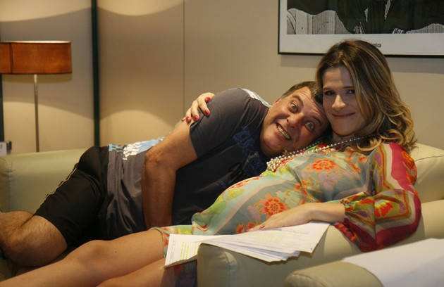 Em 'Caras & Bocas', Simone, interpretada por Ingrid Guimarães, ficou grávida porque a atriz também esperava de um bebê. Na foto, ela está com Jorge Fernando, diretor da novela (Foto: TV Globo)