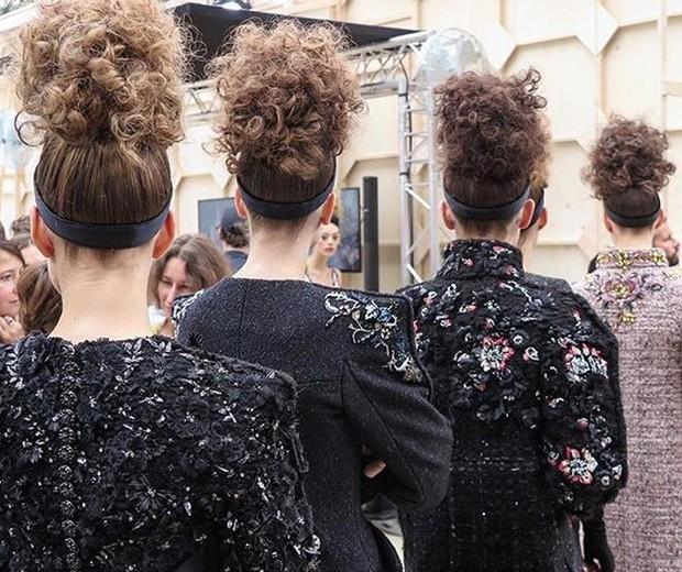 O coque cacheado retr criado por Sam McKnight para o desfile da Chanel Foto Reproduo Instagram