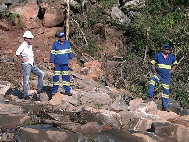 Trabalhos de limpeza e desassoriamento são feitos no leito do Rio Atibaia em Campinas (Foto: Reprodução EPTV)