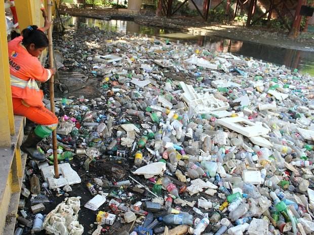 Imagens de igarapés poluídos impressiona. Grande quantidade de lixo é preocupante (Foto: Carlos Eduardo Matos/G1 AM)