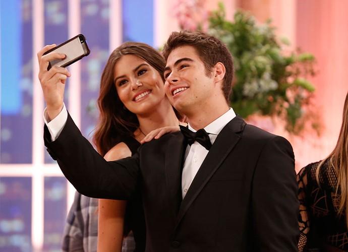 Rafael Vitti não perde a oportunidade de fazer aquele selfie caprichada com Camila Queiroz (Foto: Ellen Soares/Gshow)