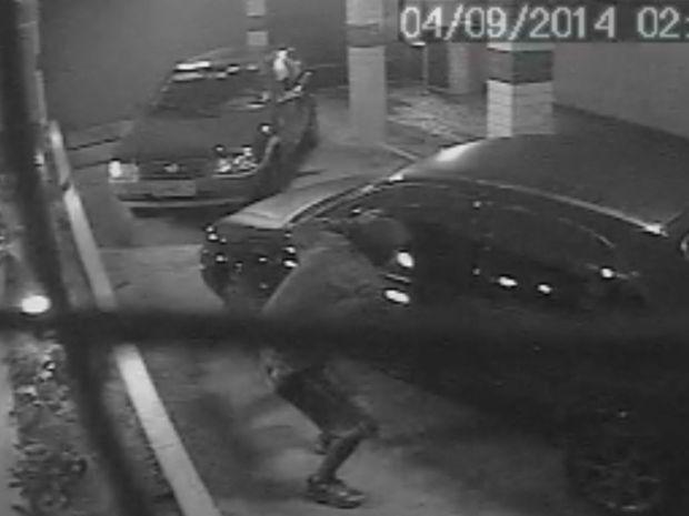 Imagem mostra homem furtando som de carro em Santos, litoral de SP (Foto: Reprodução/G1)