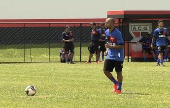 Lesão no tornozelo tira lateral Romário de jogo contra o Paysandu, em Belém