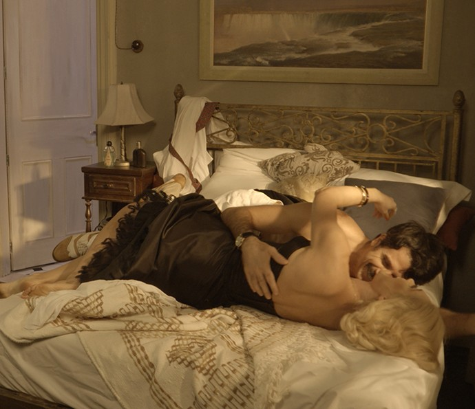 Sandra e Ernesto são pegos na cama (Foto: TV Globo)
