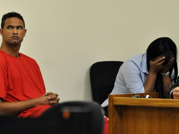05/03/2013 - Dayanne leva as mãos no rosto durante julgamento (Foto: Renata Caldeira / TJMG)