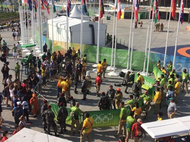 Público se aglomerou para ver acidente com câmera da OBS que caiu no Parque Olímpico (Foto: Matheus Rodrigues / G1)