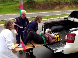 Paciente foi transportada em picape (Foto: Reprodução/RBS TV)