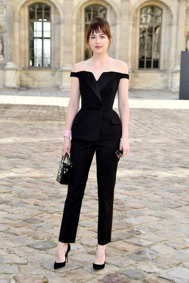 Dakota Johnson no desfile da Dior em Paris (Foto: Getty Images)