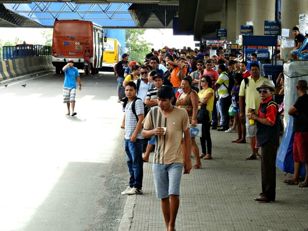 No Terminal 4, passageiros aguardaram por transporte (Foto: Adneison Severiano/G1 AM)