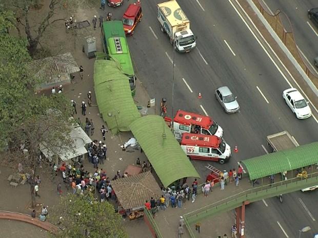Ônibus invade ponto e atropela pedestres (Foto: Reprodução/TV Globo)