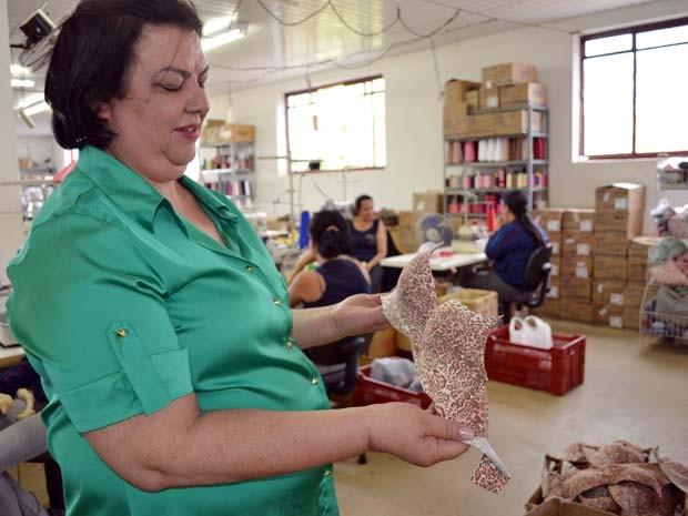 Elza gerencia a produção de lingerie na empresa de Reginaldo, em Juruaia (Foto: Samantha Silva / G1)