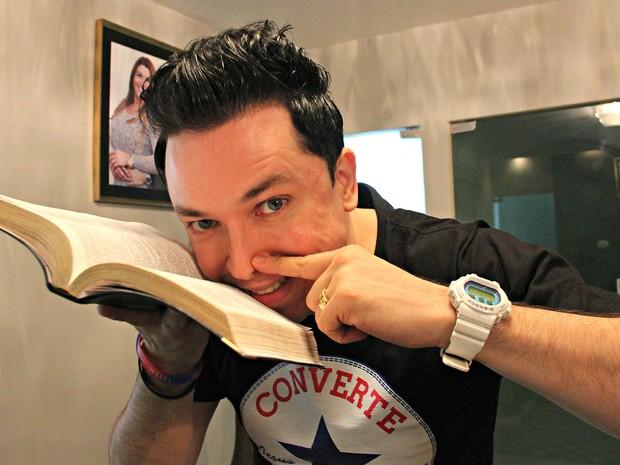 Pastor Lucinho Barreto ficou famoso após divulgação de foto onde 'cheira' Bíblia (Foto: Camila Henriques/G1 AM)