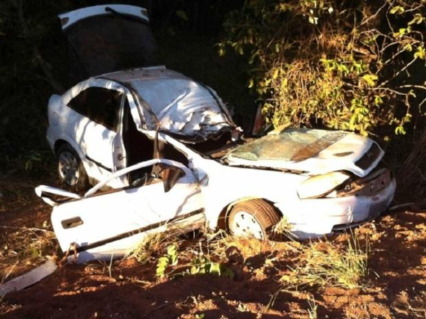 Carro fica completamente destruído após acidente na GO-070 perto de Araguapaz, GO (Foto: Divulgação/Corpo de Bombeiros)