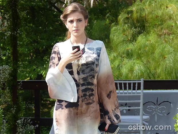 Ela se afasta dos convidados do casamento e envia uma nova mensagem a Antônio (Foto: Carol Caminha / TV Globo)
