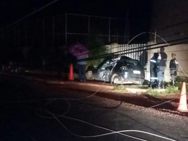 Impacto da colisão derrubou poste e afiação ficou jogada em rodovia (Foto: Dicom/BPRE)