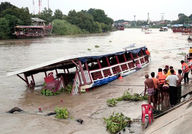 Embarcação transportava mais de 100 passageiros. (Foto: AP)