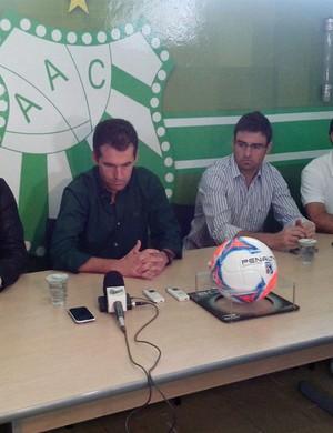 Léo Condé foi apresentado como treinador da Caldense para o Mineiro de 2015 (Foto: Marcelo Rodrigues / EPTV)