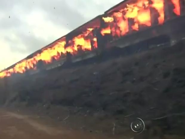 Cerca de 70 toneladas de papel queimaram durante incêndio (Foto: Reprodução / TV TEM )
