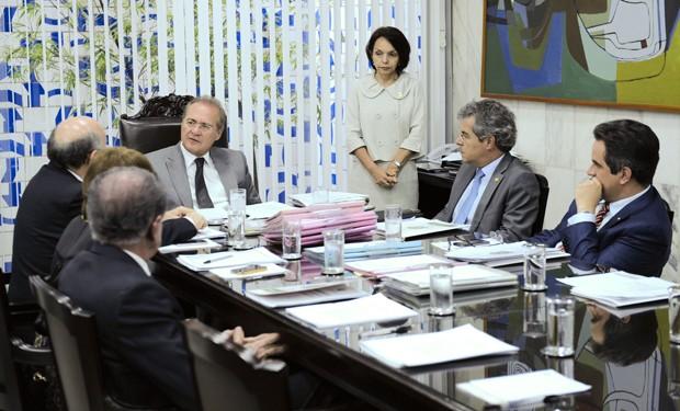 O presidente do Senado, Renan Calheiros (PMDB-AL), e demais senadores que compõem a Mesa Diretora, em reunião nesta quarta (20) (Foto: Pedro França/Agência Senado)