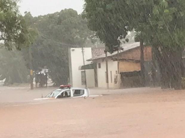 Viatura foi coberta pela água da chuva (Foto: Divulgação)