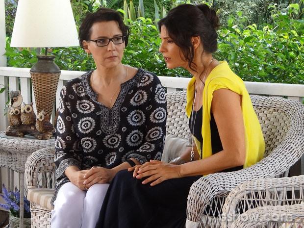 Selma sugere a Verônica que Luiza pode ser filha de Laerte (Foto: Em Família / TV Globo)