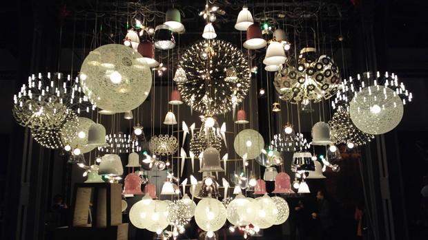 161 exemplares das luminárias mais importantes lançadas pela marca formavam uma escultura impactante nos fundos do galpão (Foto: Stéphanie Durante/Editora Globo)