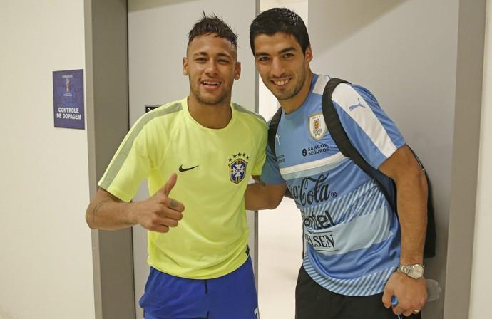 Neymar e Luis Suárez encontro após Brasil x Uruguai na Arena Pernambuco (Foto: Rafael Ribeiro/CBF)