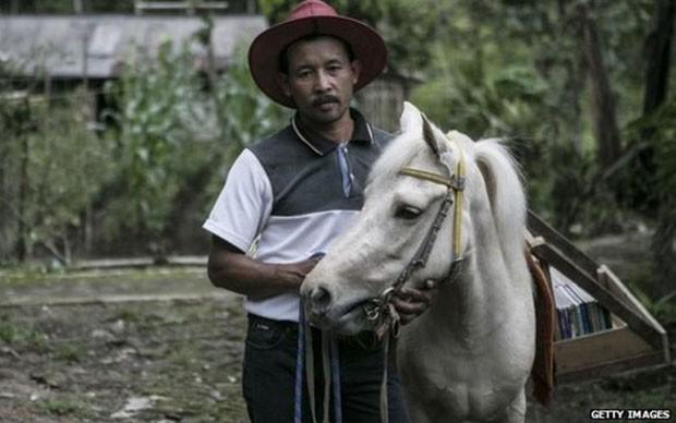 Ridwan Sururi e Luna visitam escolas na Indonésia três vezes por semana  (Foto: Getty Images/BBC)
