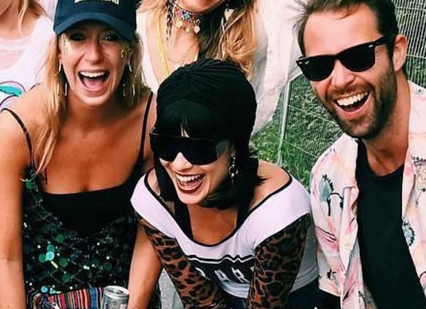 Margot Robbie (centro) disfarçada no Glastonbury 2017 (Foto: Reprodução/Instagram)