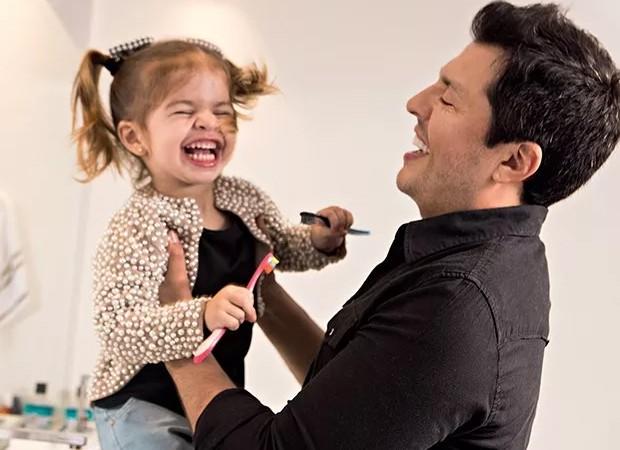 Wellington Muniz se diverte com a filha, Valentina (Foto: Flare Fotografia/Editora Globo)