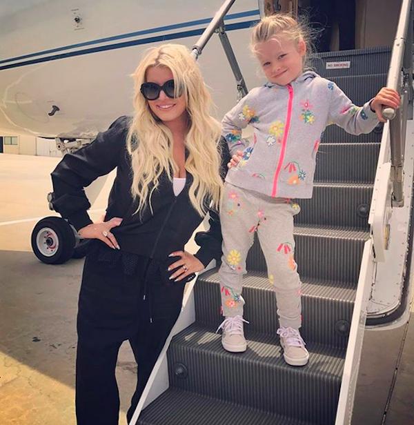A cantora Jessica Simpson com a filha (Foto: Instagram)