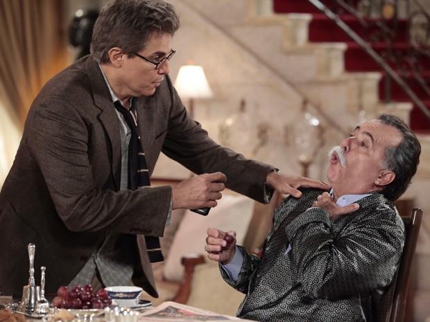 Notícia de Felipe deixa Otávio desesperado e ele engasga (Foto: Guerra dos Sexos/TV Globo)