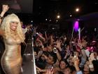 Nicki Minaj usa vestido superdecotado em festa de réveillon