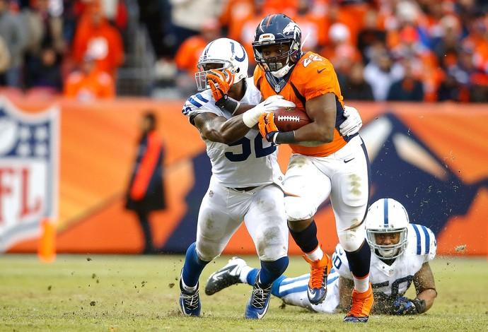 C.J. Anderson(22) e D'Qwell Jackson(52), Denver Broncos x Indianapolis Colts (Foto: Reuters)