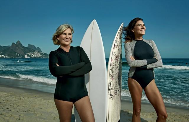 Suzy Gentil e Mucki Skowronski posam com suas pranchas antes de uma sessão de surfe no Arpoador (Foto: Daniel Mattar, com styling de Bebel Moraes e beleza de Emanuelle Souza)