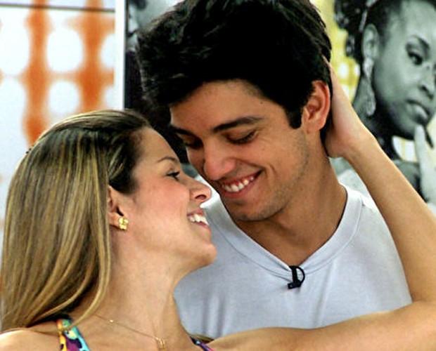 Rodrigo Simas e Raquel Guarini são puro romance (Foto: Domingão do Faustão / TV Globo)