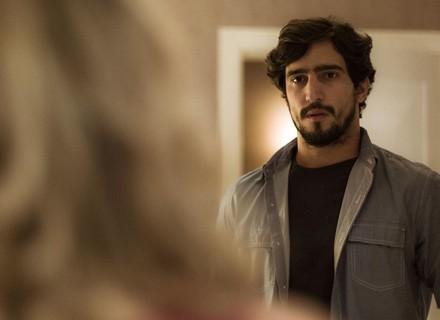 Renato decide visitar Alice, mas é impedido