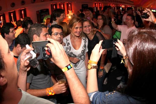 Adriana Esteves sendo assediada por fãs (Foto: Claudio Andrade / FotoRioNews)