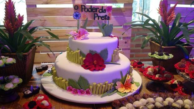 EGO Ludmilla festeja 20 anos com pagode e churrasc u00e3o em festa havaiana notícias de F