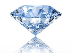 Diámetro das pedras pode variar entre 3,8 a 6,5 milímetros de diâmetro. Pedra é produzida na Suiça e tem as mesmas características de um diamante natural (Foto: Alessa Flores/Divulgação/Agência Buena)