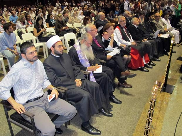 Líderes de diferentes religiões sentam-se, lado a lado, para se despedir de dom Eugenio Sales  (Foto: Bernardo Tabak/G1)