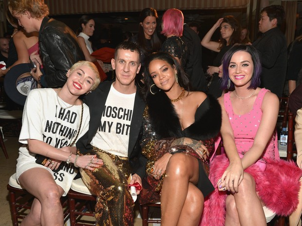 Miley Cyrus, Jeremy Scott, Rihanna e Katy Perry em evento em Los Angeles, nos Estados Unidos (Foto: Charley Gallay/ Getty Images)